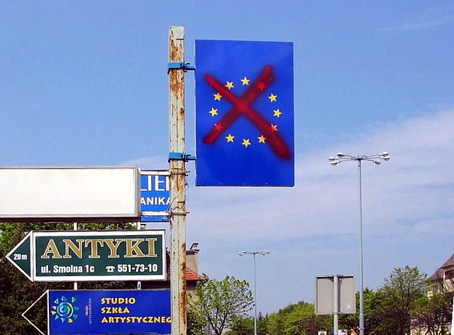 a-vandalised-eu-sign-in-sopot-poland-2003_by-tomasz-sienicki
