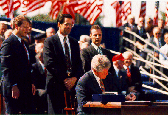 Bill_Clinton_signing_Nafta.png