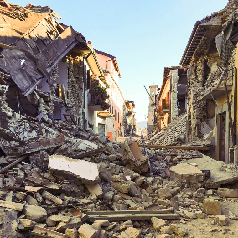 Terremoto_centro_Italia_2016_-_Amatrice_-_corso_Umberto_I_(29242968591).jpg