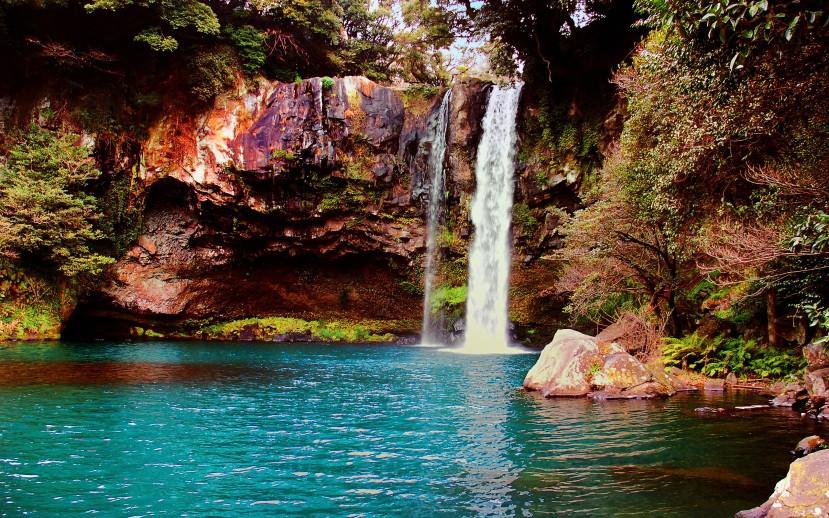 Waterfall_on_Jeju_Island,_Korea.jpg